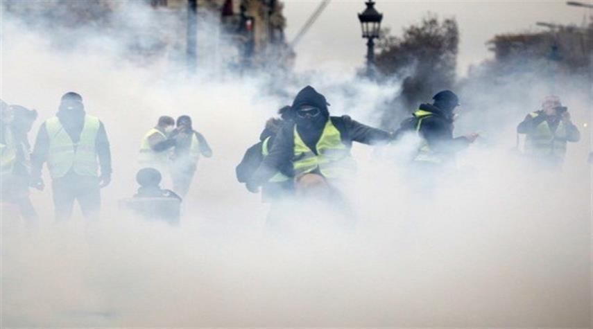 30 جريحا في إحتجاجات باريس...والشرطة تلجأ للقنابل والمدرعات