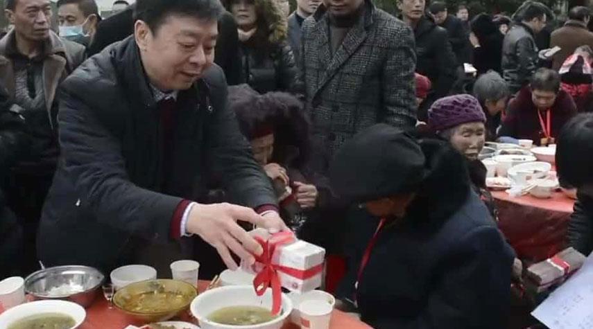 صيني يوزع الملايين على ابناء قريته
