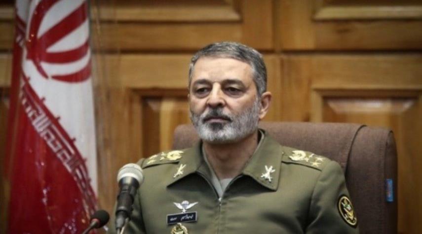 قائد الجيش الإيراني يشير لجهوزية قواته لإحباط خطط الاعداء الشيطانية