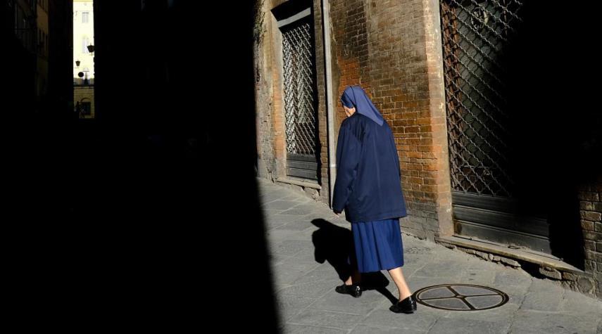 طرد عجوز من دار للتقاعد بسبب لباس الراهبات