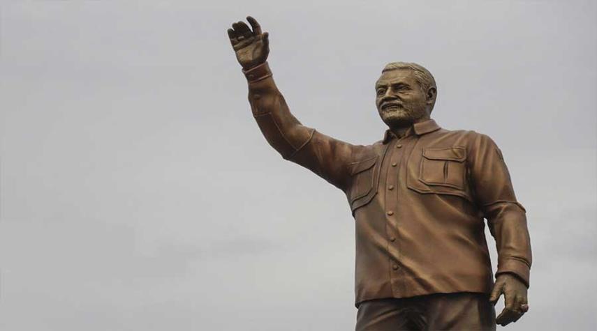 بالصور: إزاحة الستار عن تمثال الفريق سليماني في مدينة أهواز