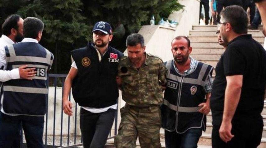 اعتقال أكثر من 90 عسكريا تركيا سابقا للاشتباه في صلتهم بغولن