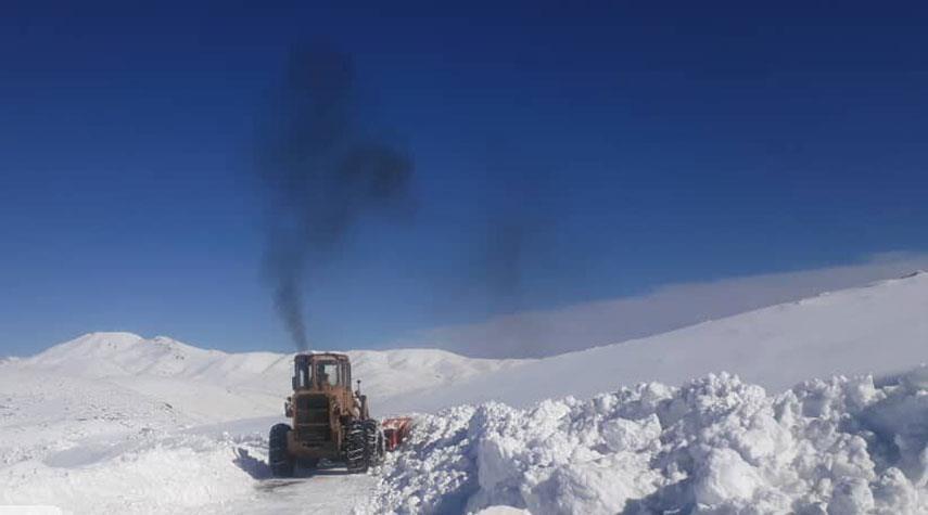 بالصور من ايران... إعادة فتح الطرق المغلقة بسبب تساقط الثلوج في مهاباد
